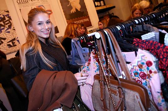 Karolína miluje módu. Na bazaru pořádaném v kavárně Národní galerie na Staroměstském náměstí byla jako v Jiříkově vidění.