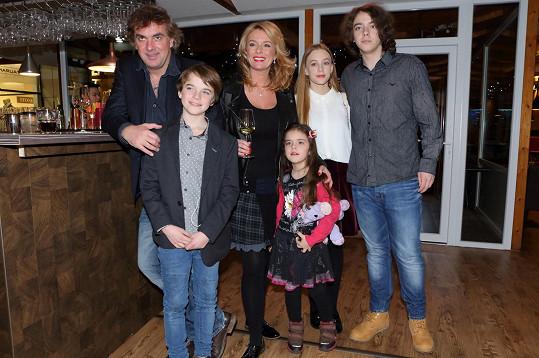Tomáš Matonoha, syn Štěpán, Lucie Benešová s nejmladší dcerou Larou a syn Lucián s přítelkyní