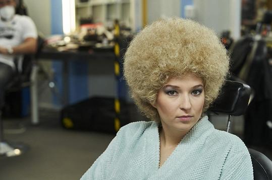 Berenika Kohoutová v prvním vystoupení ztvárňuje Laďku Kozderkovou.