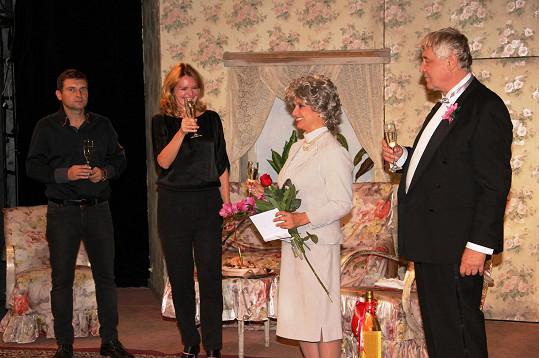 Na jevišti Divadla Bez zábradlí dostala Freimannová květiny a dort od kolegů.