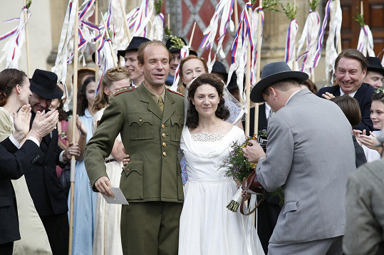 Neužil a Issová jsou ve filmu Zátopek oblečeni téměř totožně jako manželé Zátopkovi na svatbě.