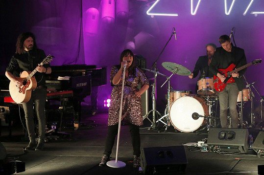 Ewa Farna na koncertě v Příbrami. Vlevo její manžel Martin Chobot