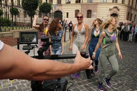 Zpěvačka se svými tanečnicemi budila zájem kolemjdoucích.