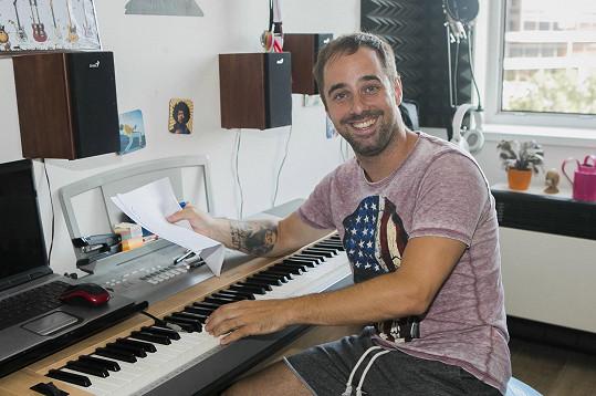 U piana připravuje své debutové album.