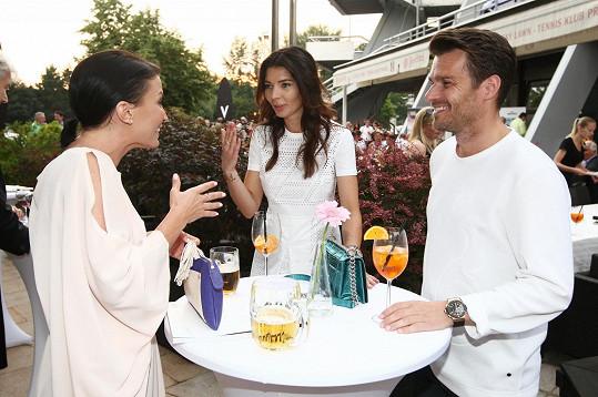 Gábina během družného rozhovoru s Leošem Marešem a jeho partnerkou Monikou Koblížkovou