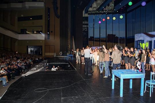Na pódiu byla stovka umělců.