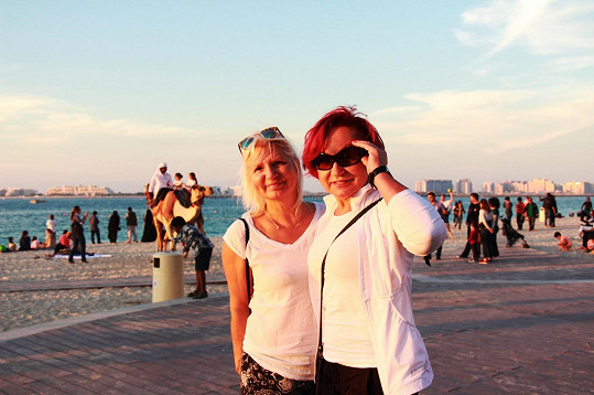 Na pláži v Dubaji s kamarádkou Ivanou, která se Petře na své klinice stará o mladistvý vzhled.