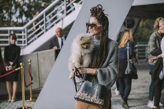 Blogerka střídala outfity na takřka každý přehlídkový blog. Vůbec neměla zábrany sladit šedý svetr z konfekce Lindex a kalhoty stejné značky s luxusní kabelkou Louis Vuitton z poslední kolekce a brýlemi Fendi ve stylu 70. let.