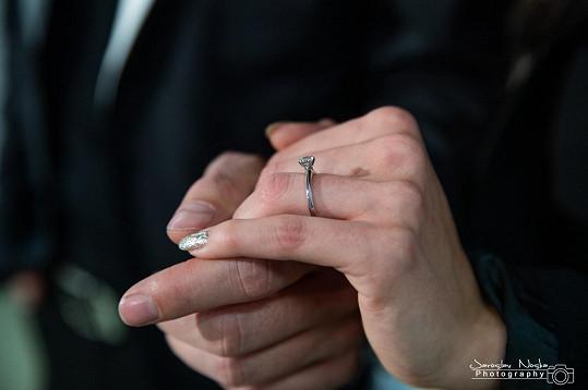 Nasadil jí krásný briliantový prsten.