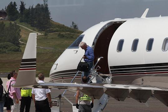 Krátce po poledni přistálo soukromé letadlo s Richardem Gerem v Karlových Varech.