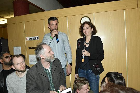 Ester Janečková a pošťák Ondra se snažili usměrnit dav. I oni měli v seriálu epizodní roli.