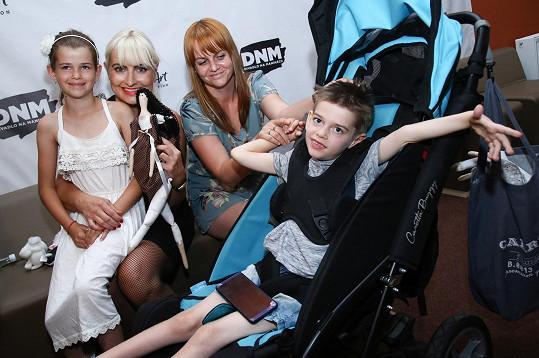 Výtěžek z představení dosáhl 76 tisíc Kč a divadlo ho věnuje Nadačnímu fondu Be Charity, který tímto pomůže malému Hynkovi Skůrovi uhradit velmi nákladnou rehabilitační léčbu.
