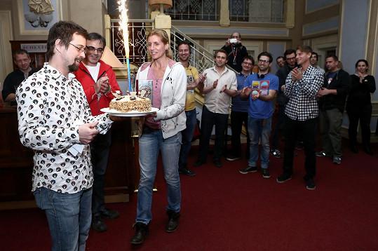 Kolegové mu dali dort.
