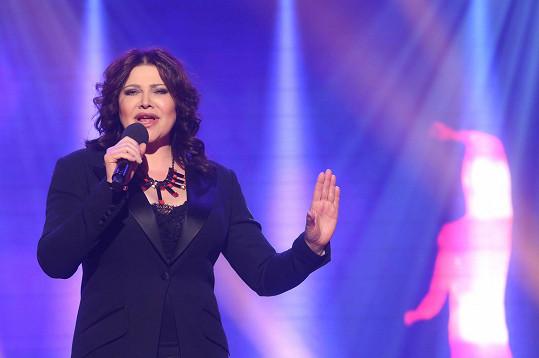 Dnes Ilona v televizi zpívá staré hity. Obličej je bez jediné vrásky a téměř bez mimiky.