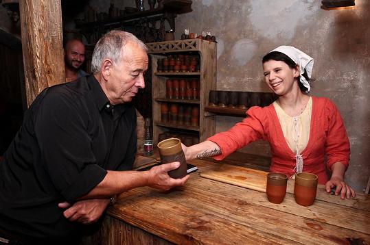 Dcera Míša pracuje ve středověké krčmě.