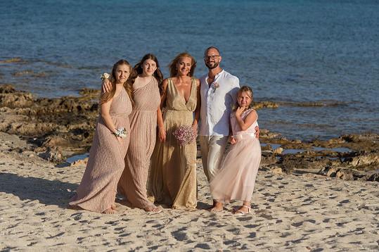 Nevěsta s ženichem a jejich dcery, ty větší, Tereza a Barbora, jsou Markétiny, menší je Ondřejova Valerie.