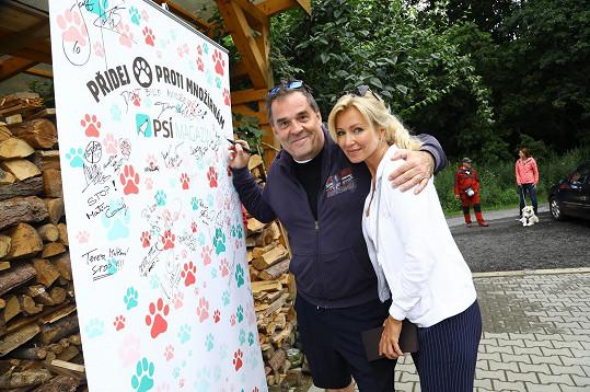 Na charitativní akci se potkala i s dalším milovníkem psů Miroslavem Etzlerem.