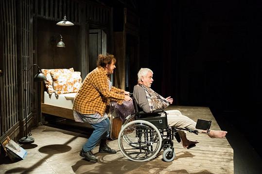 Petr Štěpánek coby Paul zažije na 'pár metrech čtverečních' útrapy s labilní Annie v podání své ženy Zlaty Adamovské.