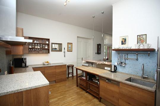Kuchyně je prostorná a bez problému mohou s manželem vařit současně.