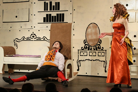 Hraje dceru lakomého Harpagona.