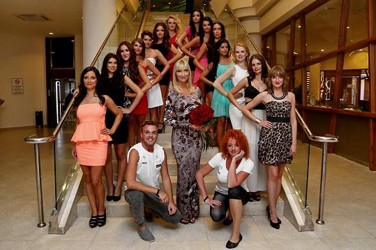 Všechny dívky i s Dominikou a jejím týmem
