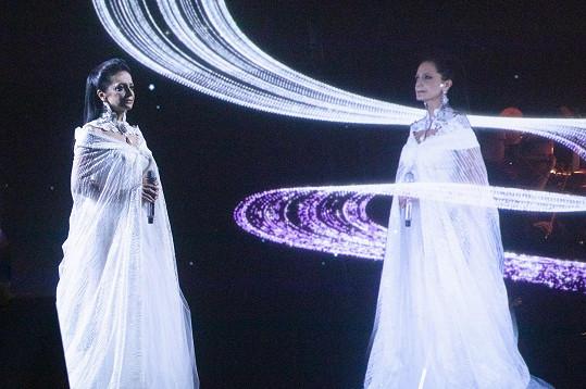 Skutečná zpěvačka se svou trojrozměrnou virtuální podobou