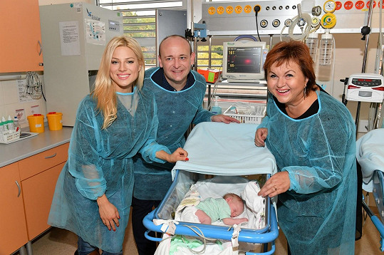 S Davidem Novotným a Hanou Křížkovou u novorozeněte