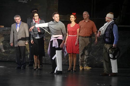 Roman tančil jako Travolta i s nohou a rukou v sádře.