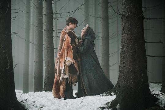 Natáčelo se uprostřed zimy v zasněženém lese.