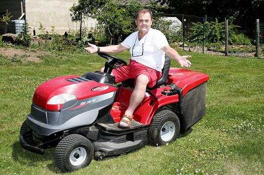 Nelelkuje, například seká trávu s traktůrkem.