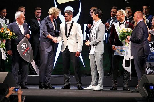 Kmoníčkovi gratuloval loňský Muž roku Matyáš Hložek, aktuální Mr. International Seung Hwan Lee i prezident národní soutěže David Novotný.