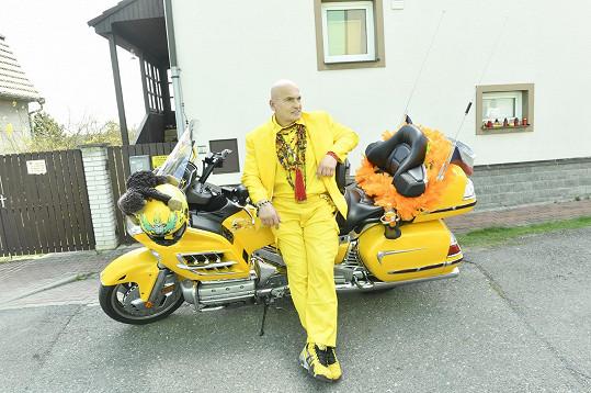 Dle pokynů dorazil od hlavy k patě ve žluté barvě.