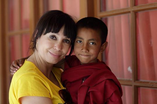 Nela Boudová s malým mnichem, kterého herečka adoptovala.