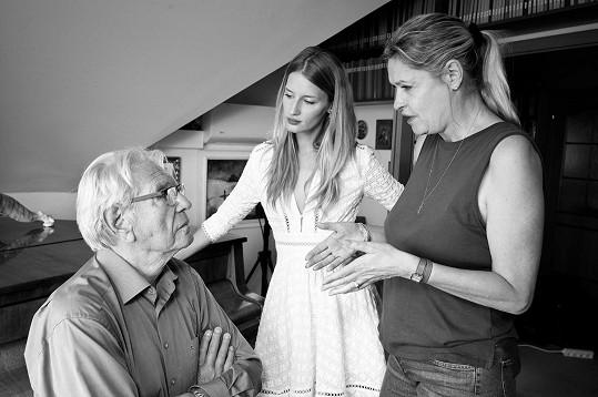 Linda s maminkou Taťjánou a dědečkem Vadimem Petrovem během natáčení Ukolébavky