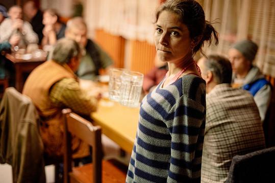 Ve snímku z prostředí sídliště na Jižím Městě hraje jako téměř jediná žena.