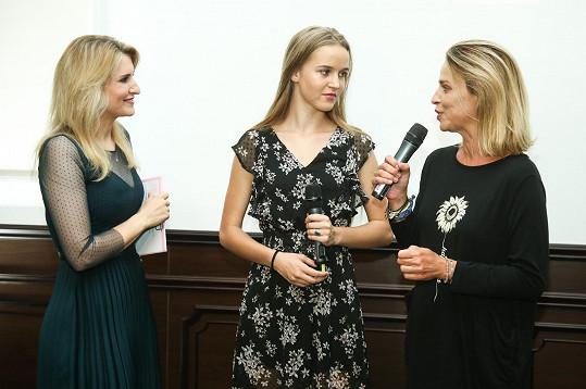 Matka s dcerou s moderátorkou Lenkou Špillarovou na soustředění soutěže v chateau Šanov