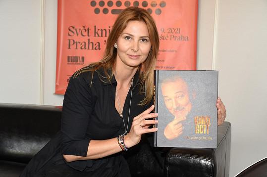Ivana Gottová s životopisnou knihou o Karlu Gottovi Má cesta za štěstím