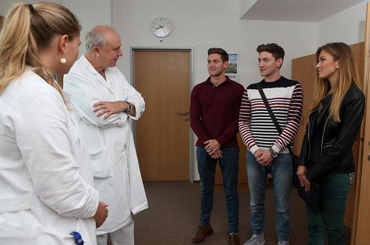 Lékaři se hostům rádi věnovali.