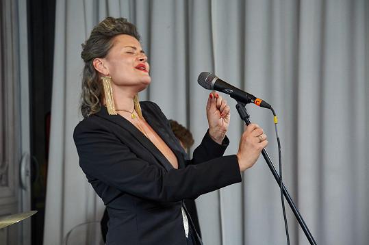 Na závěrečném večírku zpívala Erika Stárková.