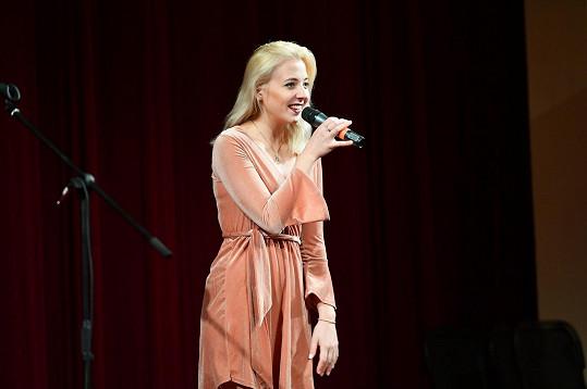 A takhle vypadala, když zpívala puberťákům.