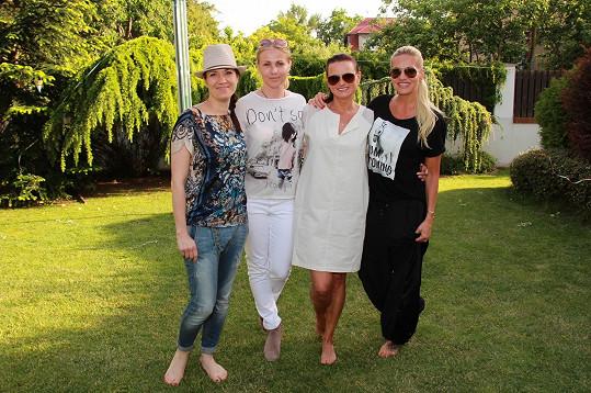 S Terezou Kostkovou, Janou Adamcovou a Darou Rolins se na párty u Adamců Nicol potkává pravidelně.