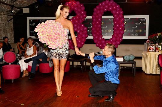 Oplatila mu účast na svých 30. narozeninách.