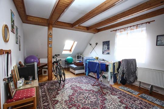 Z garsonky se stěhují do Michalova rodinného domku. K dispozici mají celé první patro, v přízemí bydlí zpěvákova maminka.