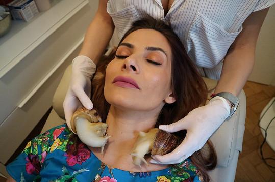 Moderátorka vyzkoušela masážní účinky hlemýžďů.