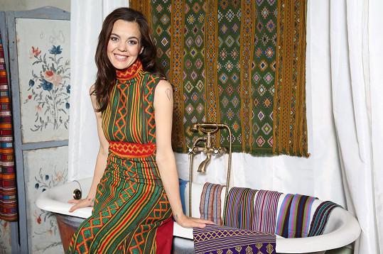 Šaty jsou šité českými ženami vkrejčovské dílně na severu Čech.