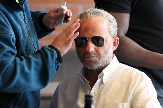 Hynek Čermák si kvůli filmu nechal narůst vousy a nosil paruku.