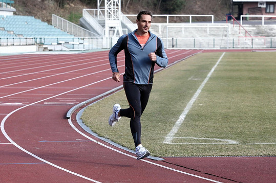 Pravidelně běhá.