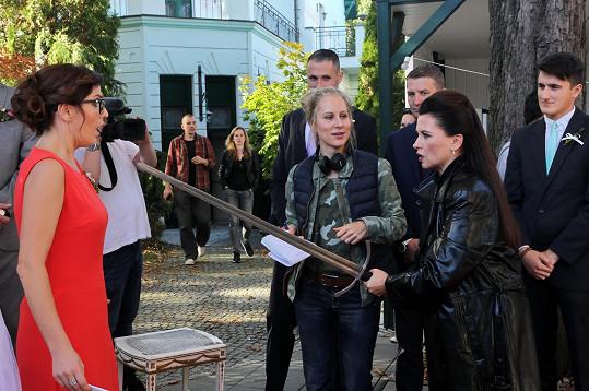 Soňa Norisová a Dana Morávková s mečem. Takto se Dana zjeví v Sonině představě.