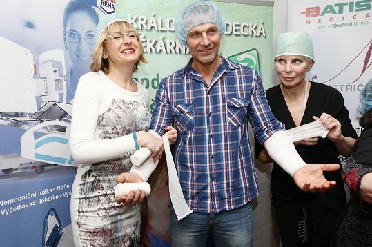 Katka bude v porotě soutěže Batist Nej sestřička, tak trénovala.