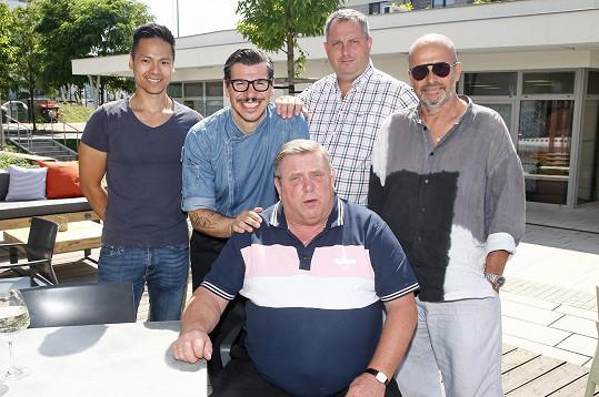 Zprava: Zdeněk Pohlreich, Václav Frič, Gianfranco Coizza, Khanh Ta a dole sedící Jaroslav Sapík